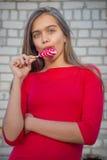 Портрет девушки с яркой конфетой Стоковое фото RF