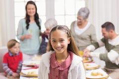 Портрет девушки усмехаясь на камере перед ее семьей Стоковая Фотография