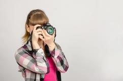 Портрет девушки фотограф фотографируя камеру Стоковое Фото