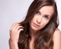 Портрет девушки фотомодели с длинными дуя волосами Щеголь очарования Стоковое Изображение