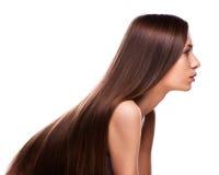 Портрет девушки фотомодели с длинными дуя волосами Щеголь очарования Стоковое фото RF
