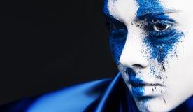 Портрет девушки фотомодели с красочным порошком составляет женщина с ярким голубым составом и белой кожей Абстрактная фантазия стоковые изображения