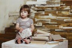 Портрет девушки читая книгу Стоковое Фото