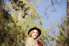 Портрет девушки beatifull в лесе осени Стоковые Изображения RF