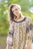 Портрет девушки Deaming чувственной романтичной Outdoors Стоковые Фото
