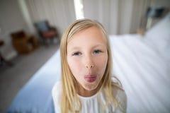 Портрет девушки pouting в спальне Стоковая Фотография RF