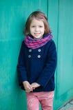 Портрет девушки preschooler около зеленой стены Стоковые Фото