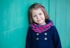 Портрет девушки preschooler около зеленой стены Стоковая Фотография