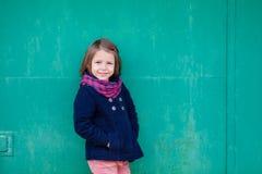 Портрет девушки preschooler снаружи Стоковые Изображения RF