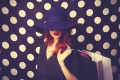 Портрет девушки redhead с хозяйственными сумками Стоковые Изображения