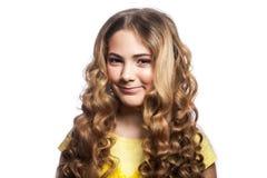 Портрет девушки smiley с волнистой футболкой стиля причёсок и желтого цвета Стоковое Изображение RF