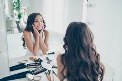 Портрет ее она женственное выглядящего славн сладкого предложения нежное привлекательное прекрасное привлекательное завораживающе стоковые изображения