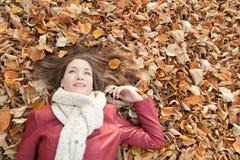 Портрет лежа на листьях, взгляд сверху молодой женщины Стоковые Изображения