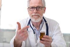 Портрет лекарства доктора предписывая Стоковое фото RF