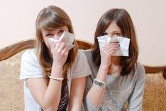 Портрет держать подруги белокурые салфетки или носового платка 2 красивые & брюнет имея потеху совместно смотря камеру Стоковая Фотография