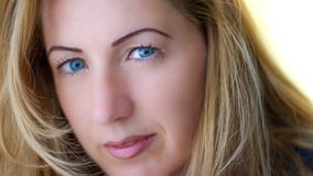 Портрет естественно красивой женщины в ее двадчадках с светлыми волосами и голубыми глазами, съемкой снаружи в естественном солне стоковое фото rf