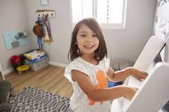 Портрет лестницы девушки взбираясь к двухъярусной кровати Стоковые Фото