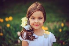 Портрет лета внешний прелестной усмехаясь девушки ребенк стоковое фото