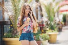 Портрет лета девушки с мороженым, говоря на телефоне Стоковое Изображение