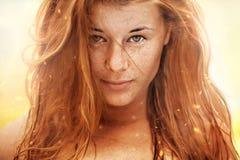 Портрет лета, красивая freckled молодая женщина стоковые фото