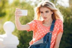 Портрет лета красивой женщины делая selfie Стоковые Фотографии RF