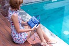 Портрет лета красивой сексуальной девушки с солнечными очками и роскошной handmade сумкой питона snakeskin в заплывании Стоковое Фото