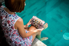 Портрет лета красивой сексуальной девушки с солнечными очками и роскошной handmade сумкой питона snakeskin в заплывании Стоковые Фото