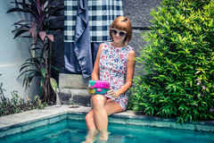 Портрет лета красивой сексуальной девушки с солнечными очками и роскошной handmade сумкой питона snakeskin в заплывании Стоковые Фотографии RF
