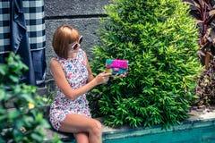 Портрет лета красивой сексуальной девушки с солнечными очками и роскошной handmade сумкой питона snakeskin в заплывании Стоковая Фотография RF
