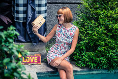 Портрет лета красивой сексуальной девушки с солнечными очками и роскошной handmade сумкой питона snakeskin в заплывании Стоковое Изображение