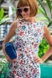 Портрет лета красивой сексуальной девушки с солнечными очками и роскошной handmade сумкой питона snakeskin в заплывании Стоковая Фотография