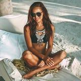 Портрет лета пляжа красивой загоренной молодой женщины стоковые изображения rf