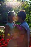 Портрет детеныша в парах влюбленности около поля тюльпанов Стоковое Изображение RF