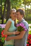 Портрет детеныша в парах влюбленности около поля тюльпанов Стоковые Изображения
