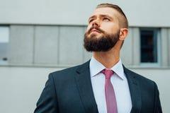 Портрет детеныша сфокусировал бизнесмена вне строения офиса Стоковые Фотографии RF