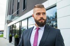 Портрет детеныша сфокусировал бизнесмена вне строения офиса Стоковое Фото
