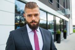 Портрет детеныша сфокусировал бизнесмена вне строения офиса Стоковые Фото