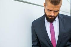 Портрет детеныша сфокусировал бизнесмена вне строения офиса Стоковая Фотография