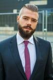 Портрет детеныша сфокусировал бизнесмена вне строения офиса Стоковое фото RF