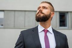 Портрет детеныша сфокусировал бизнесмена вне строения офиса Стоковые Изображения RF
