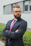 Портрет детеныша сфокусировал бородатого бизнесмена вне офиса Стоковые Фотографии RF
