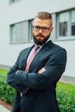 Портрет детеныша сфокусировал бородатого бизнесмена вне offi Стоковое Изображение RF