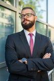 Портрет детеныша сфокусировал бородатого бизнесмена вне offi Стоковая Фотография RF