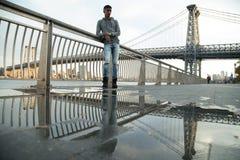Портрет детеныша, чернокожий человек вдоль ` s Ист-Ривер Williams NYC Стоковая Фотография