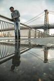 Портрет детеныша, чернокожий человек вдоль ` s Ист-Ривер Williams NYC Стоковые Фото