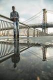 Портрет детеныша, чернокожий человек вдоль ` s Ист-Ривер Williams NYC Стоковое Изображение RF