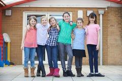 Портрет женских зрачков школы вне класса стоковое изображение rf