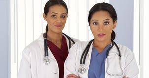 Портрет 2 женских медицинских профессионалов в больнице Стоковые Изображения