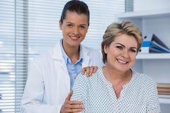 Портрет женских доктора и пациента Стоковое Фото