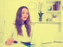 Портрет женских сочинительства и деятельности работника дела с Ла Стоковые Изображения RF